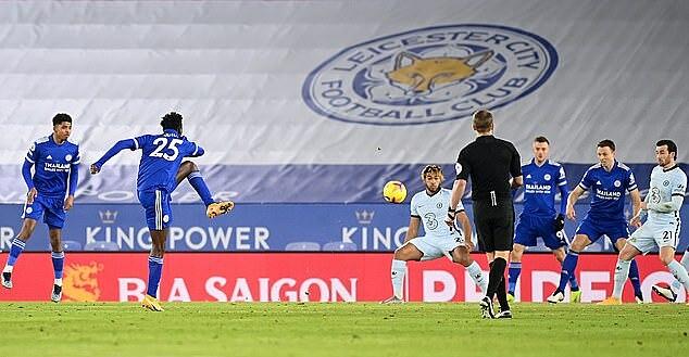 Ndidi (số 25) sút xa mở tỷ số cho Leicester. Ảnh: AFP.