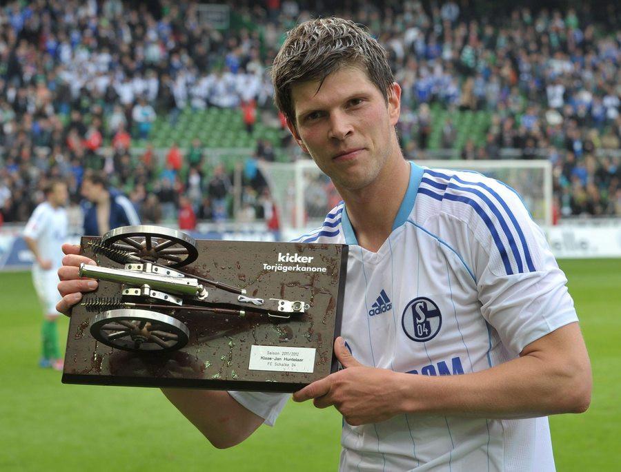 Huntelaar nhận khẩu thần công, phần thưởng cho ngôi Vua phá lưới Bundesliga mùa 2012-2013 cùng Schalke. Ảnh: EPA
