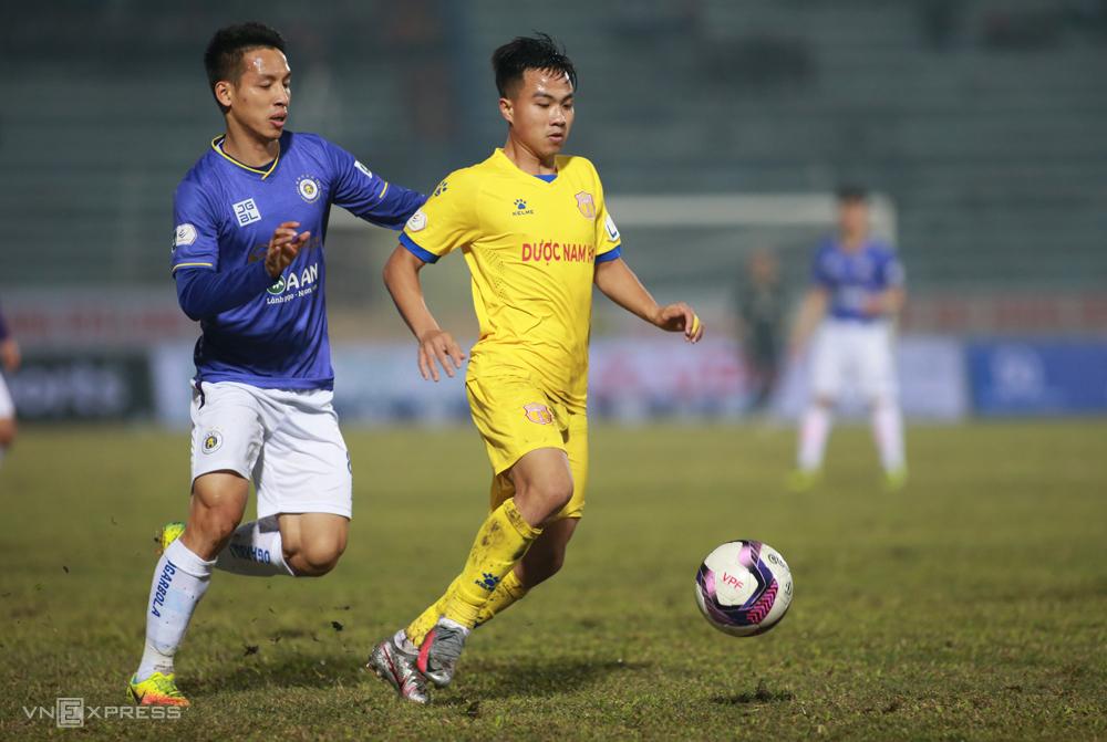 Dinh Van Truong (เสื้อเหลือง) เป็นผู้เล่นคนแรกที่ได้รับการลงโทษอย่างเย็นชาใน V-League 2021