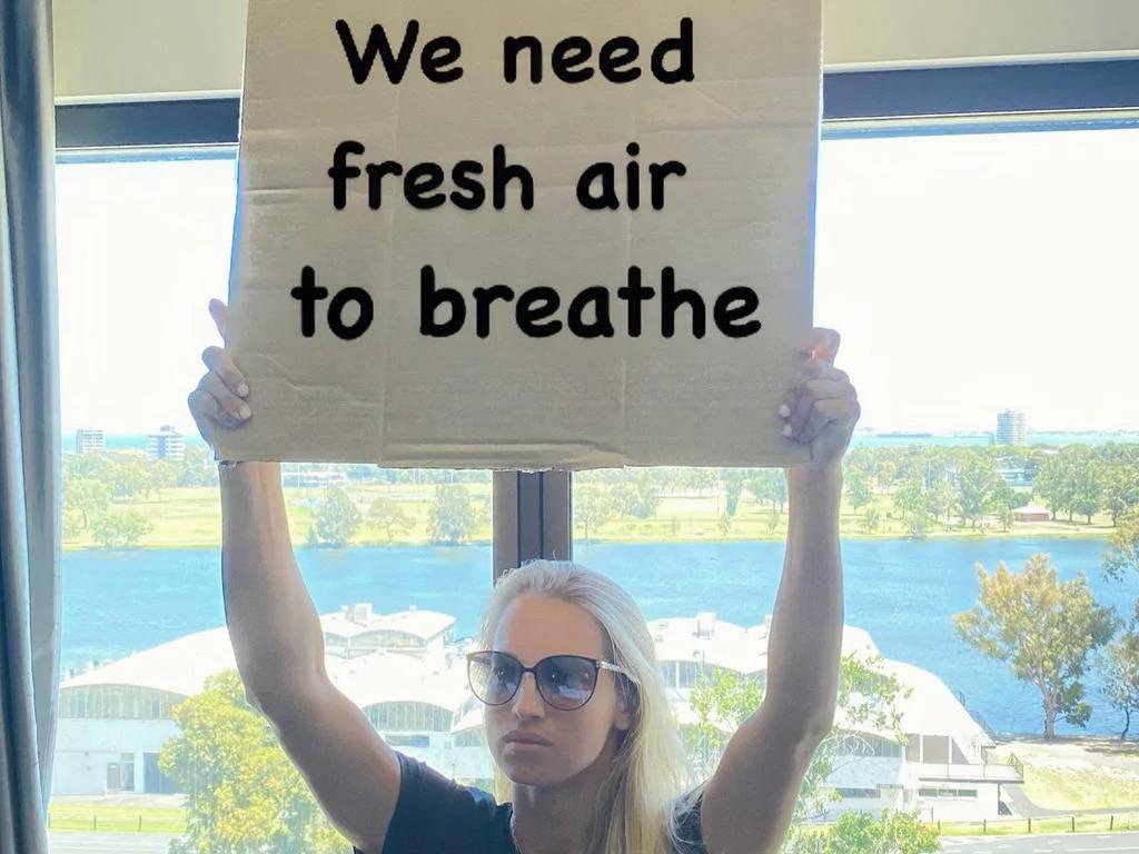 Putinseva yêu cầu không khí trong lành ở khu cách ly tại Melbourne. Cô và các đồng nghiệp còn phải cách ly thêm 10 ngày. Ảnh: Twitter.