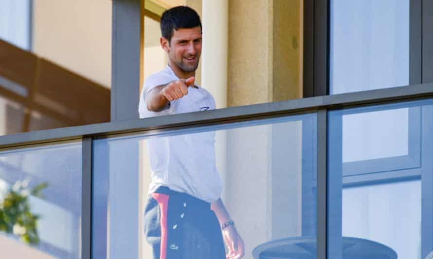 Djokovic chào người hâm mộ từ ban công khách sạn thuộc khu cách ly ở Adelaide, Nam Úc hôm 20/1. Ảnh: The Australian.