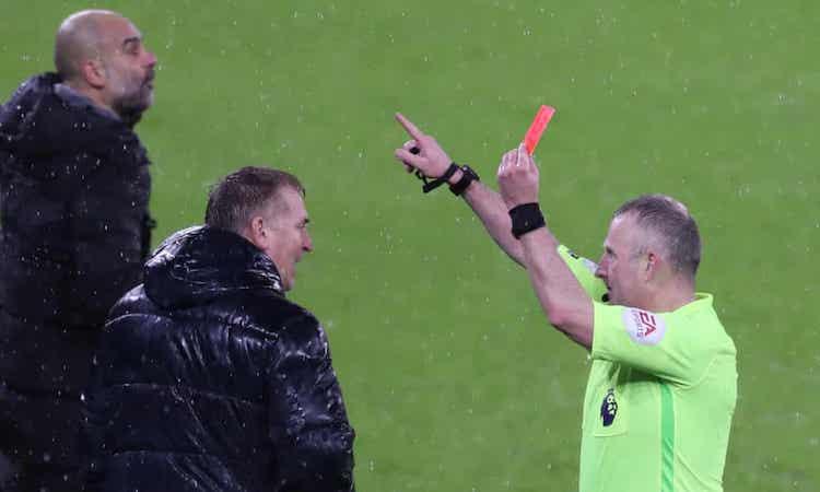 ผู้ตัดสินให้ใบแดงแก่ Dean Smith โค้ชของ Aston Villa  ภาพ: NMCPool.