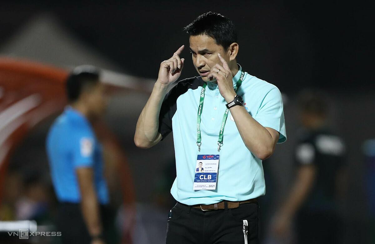 HLV Kiatisuk chỉ đạo các cầu thủ HAGL trong trận thua Sài Gòn FC 0-1 trên sân Thống Nhất ở vòng 1 V-League 2021. Ảnh: Đức Đồng.