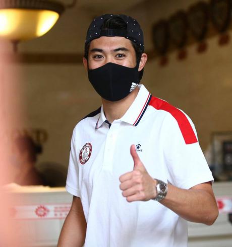 Lee Nguyễn vui  mừng rời khách sạn cách ly taiju TP HCM sáng nay 22/1. Ảnh: CLB TP HCM