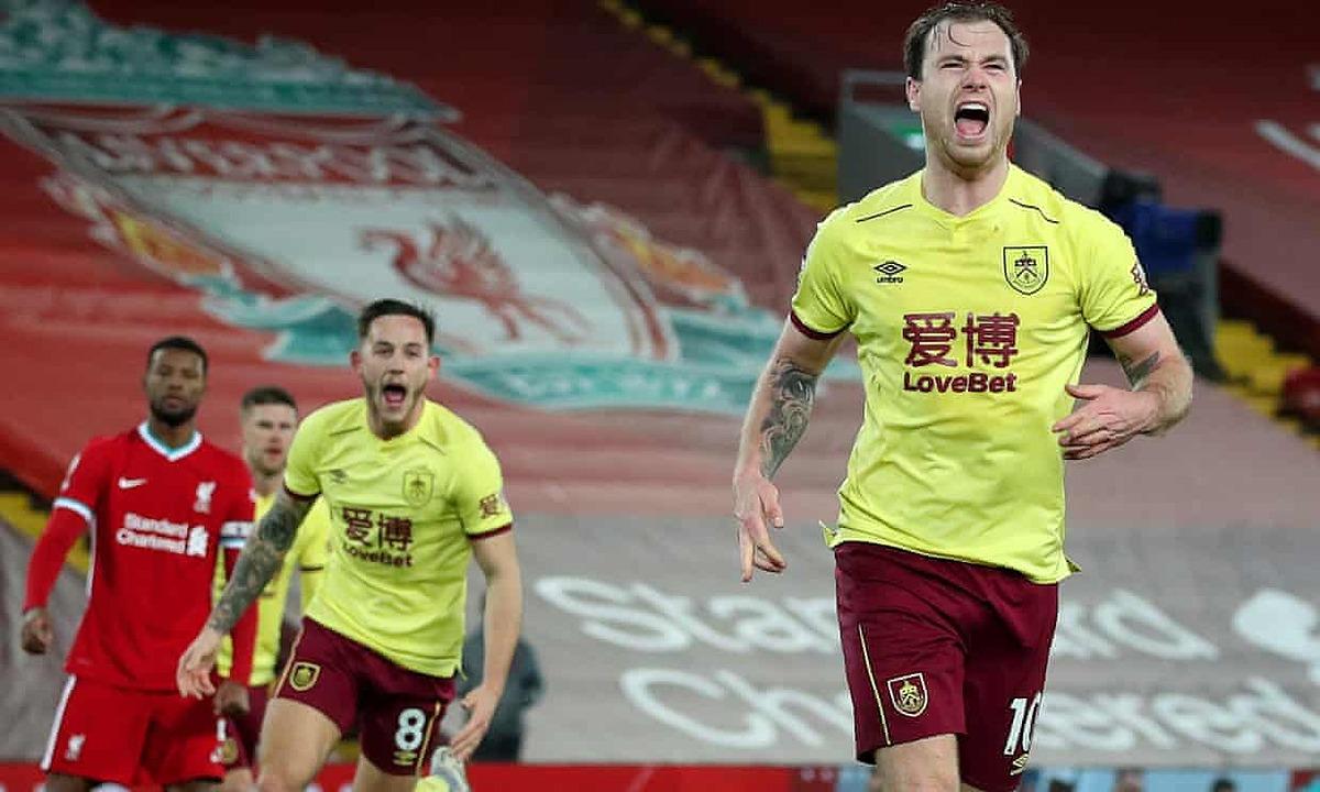 Barnes (phải) mừng bàn thắng nhấn chìm Liverpool. Ảnh: Shutterstock