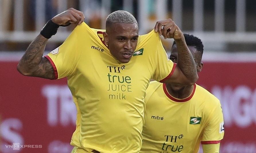 Felipe (kiri) mengucapkan selamat atas gol melawan tim lama HAGL.  Foto: Duc Dong