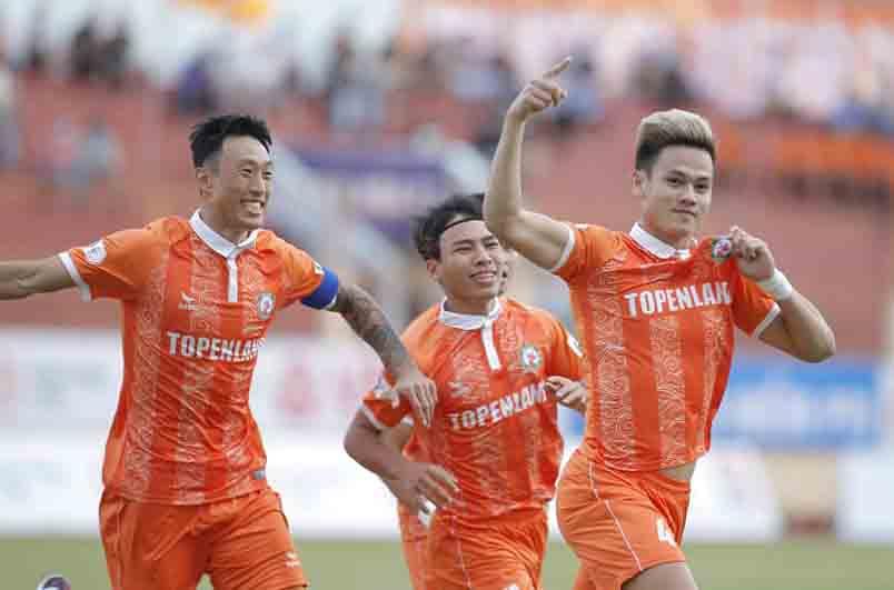 Ho Tan Tai (4) merayakan satu-satunya gol melawan Saigon FC: Foto: Nguyen Dung.