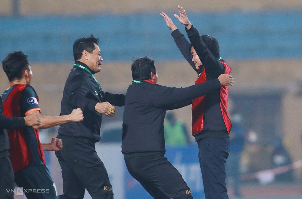 HLV Phan Thanh Hùng đứng ăn mừng cùng các trợ lý sau chiến thắng 2-1 trên sân Hàng Đẫy ngày 23/1. Ảnh: Lâm Thoả
