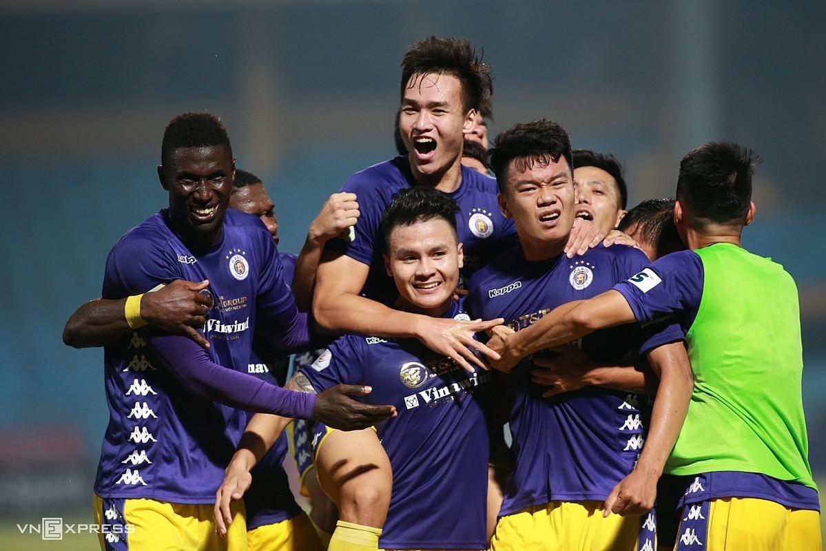 Hanoi merayakan kemenangan untuk menurunkan Binh Duong dalam pertandingan di Stadion Hang Day pada musim 2020.