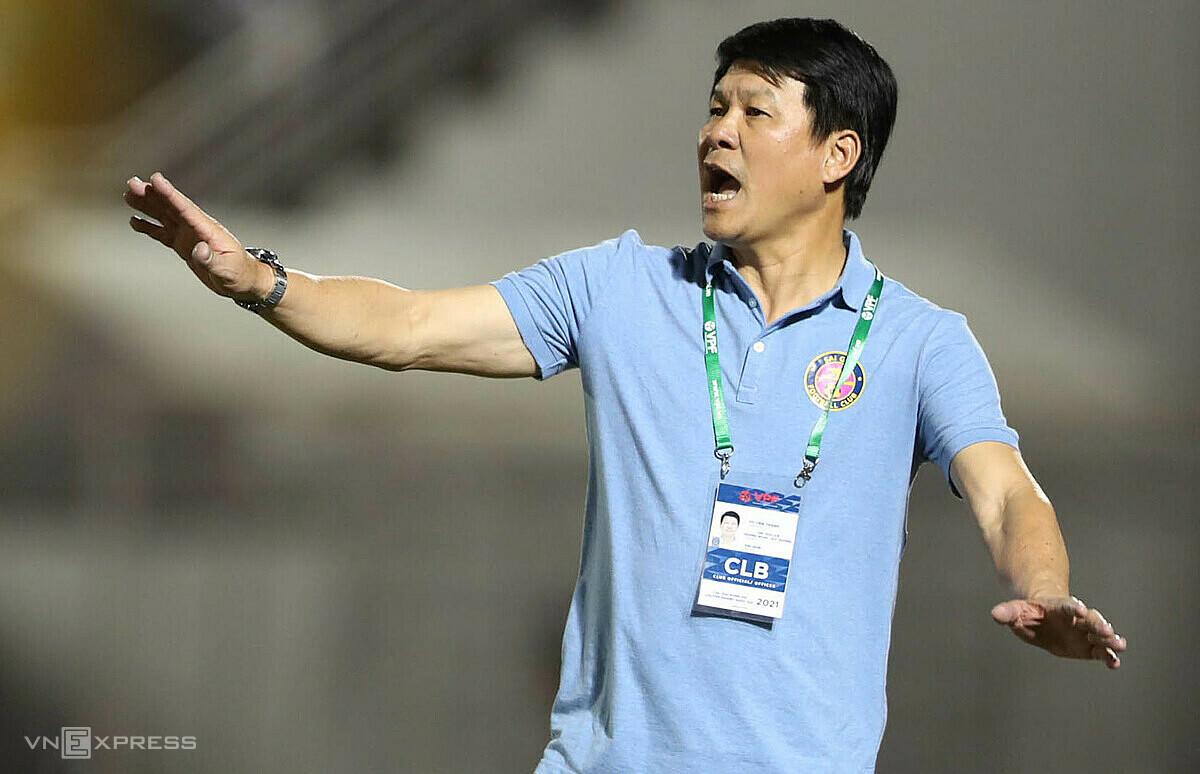 โค้ช Vu Tien Thanh ตื่นตัวอย่างมากต่อ Binh Dinh ก่อนการเผชิญหน้าในช่วงบ่ายนี้  ภาพ: Duc Dong