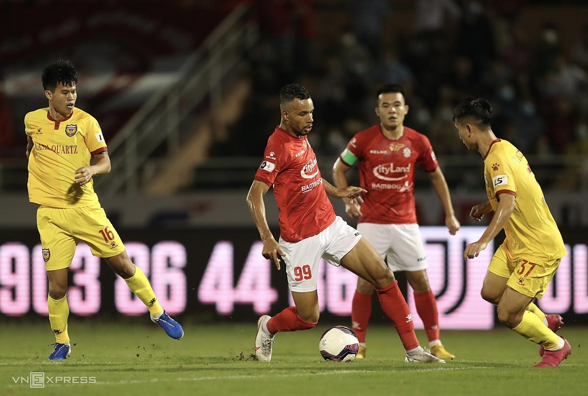 Da Silva (số 99) đột phá giữa vòng vây cầu thủ Hà Tĩnh, nhân đôi cách biệt. Ảnh: Đức Đồng.