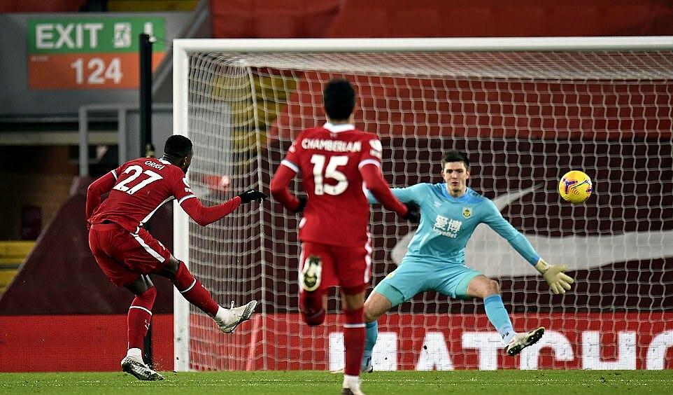 Trong trận gặp Burnley, Klopp đã làm mới hàng công khi tung vào sân Origi, Oxlade-Chamberlain nhưng Liverpool vẫn không thể tìm được đường vào khung thành đối phương. Ảnh: PA.