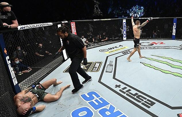 McGregor (kiri) terbaring di lantai.  Foto: Zuffa LLC.