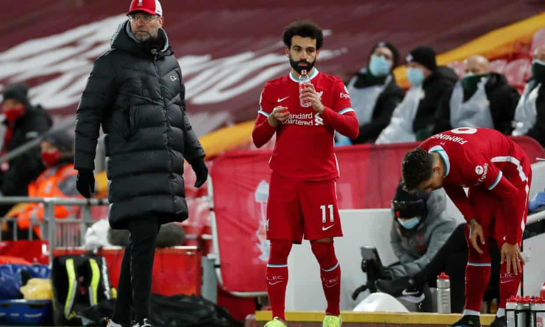 Klopp (trái) đang gặp vấn đề với chính những cầu thủ trên hàng công của Liverpool, như Mohamed Salah hay Roberto Firmino. Ảnh: BPI.