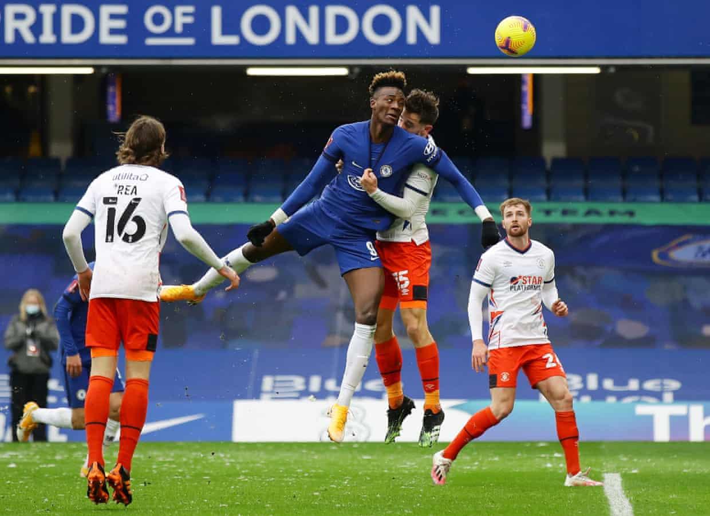 Abraham menyundul untuk membuat skor menjadi 2-0.  Foto: Reuters