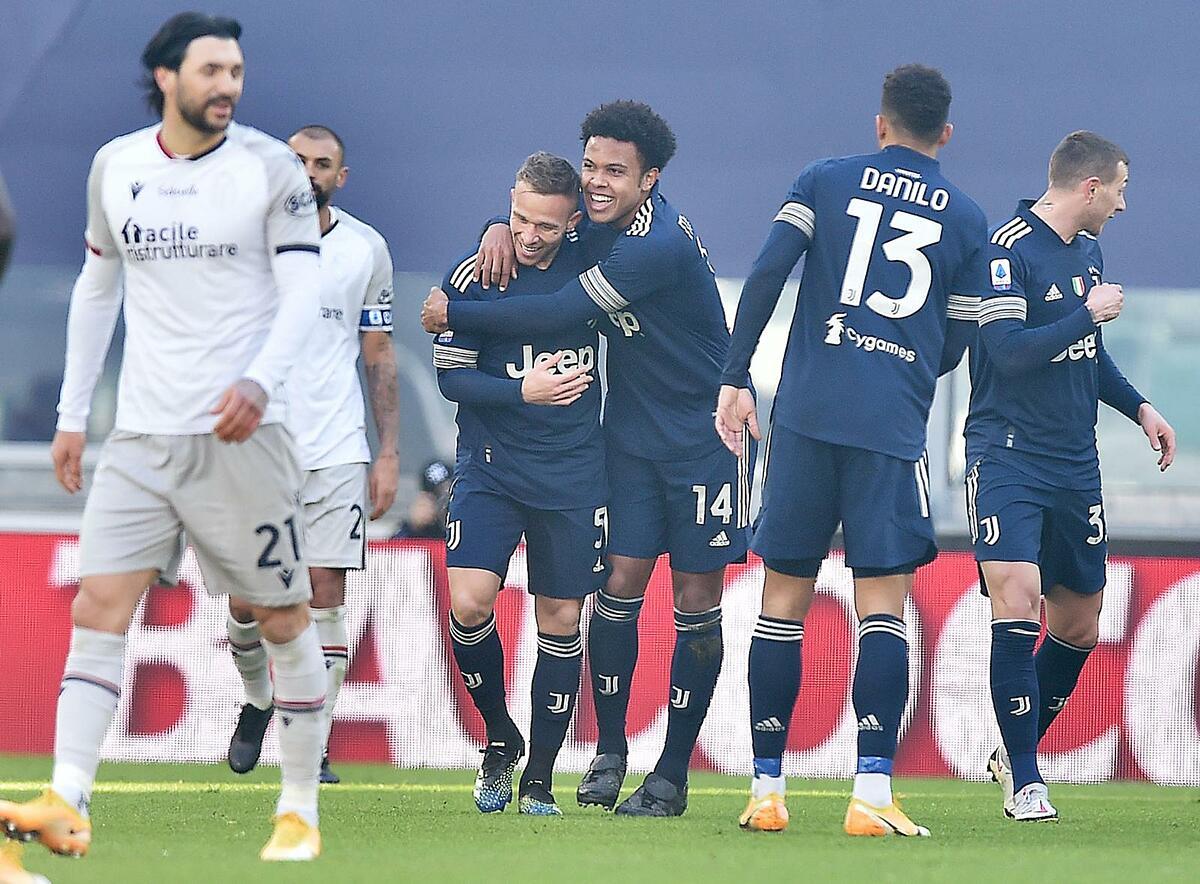 Arthur (áo sẫm thứ nhất từ trái sang) và McKennie (số 14) là những người hùng của Juventus trong trận thắng Bologna. Ảnh: ANSA