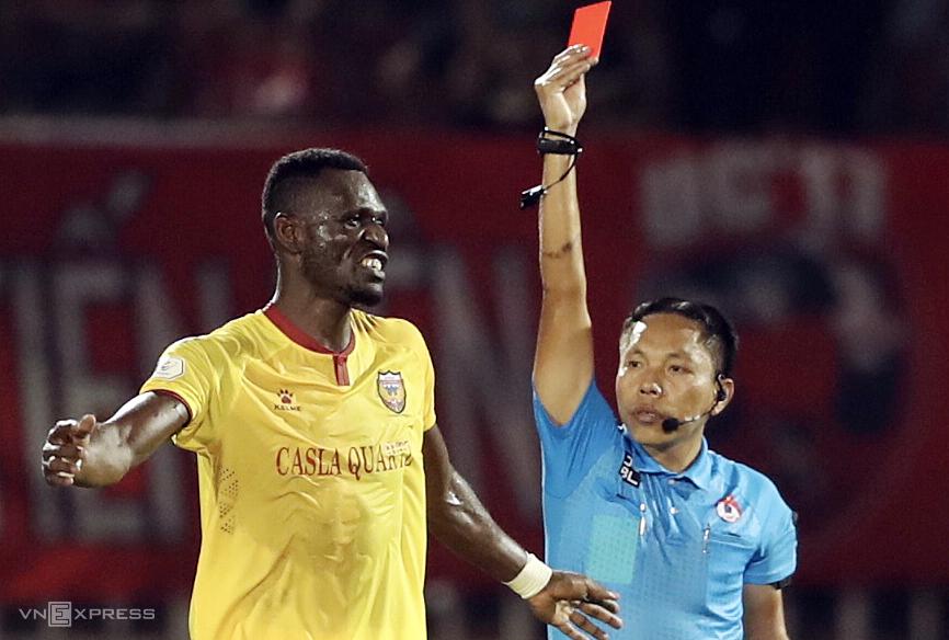 Tình huống trọng tài Ngọc Châu phạt thẻ đỏ Kelly khiến Hà Tĩnh chơi thiếu người từ hiệp một. Ảnh: Đức Đồng.