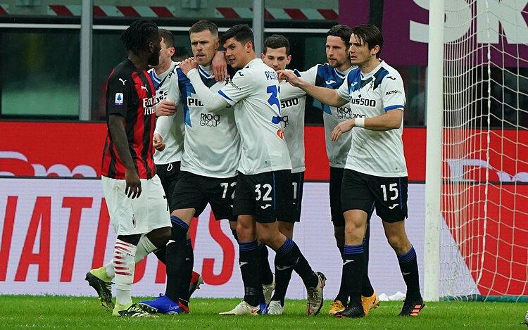 Các cầu thủ Atalanta chia vui sau khi Illicic (số 72) ghi bàn nâng tỷ số lên 2-0 từ chấm phạt đền. Ảnh: IFTV.