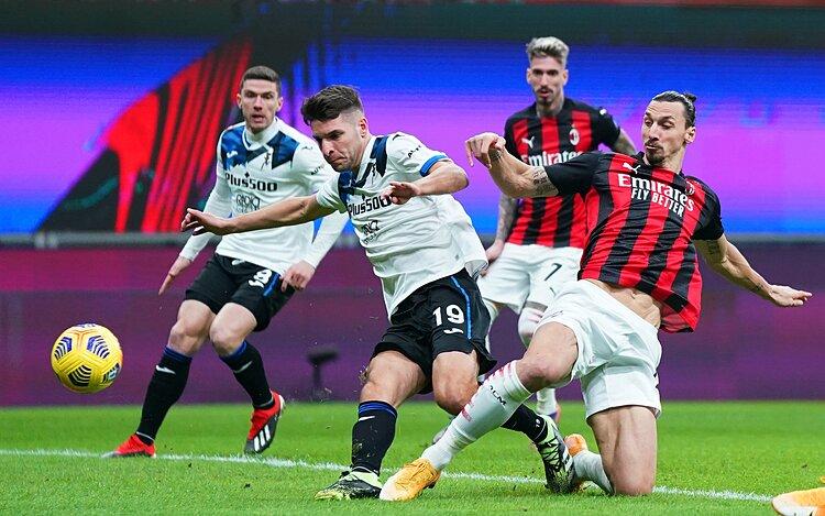 Ibrahimovic (phải) tranh chấp bóng với các cầu thủ Atalanta. Ảnh: IFTV.