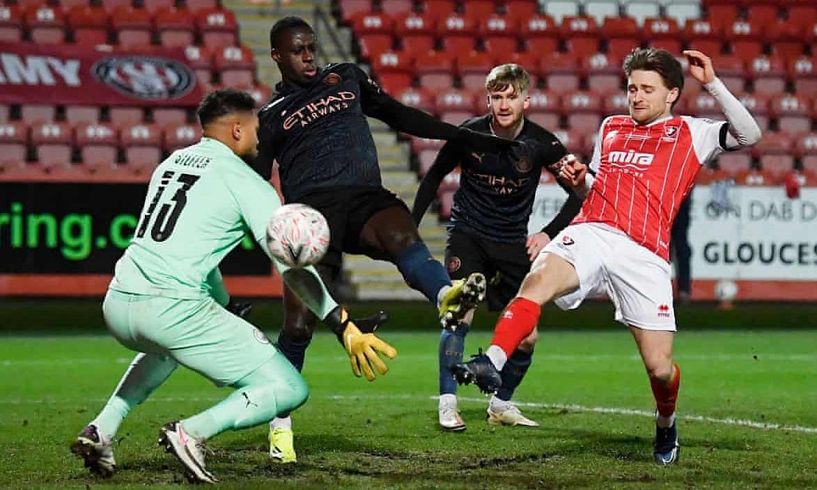 Alfie May (phải) chọc thủng lưới Man City ở phút 59. Ảnh: Reuters