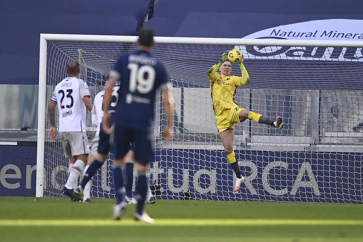 Nếu không có Skorupski, Bolonga có thể đã thua đậm hơn nhiều trước các pha bắn phá của Juventus. Ảnh: Lapresse