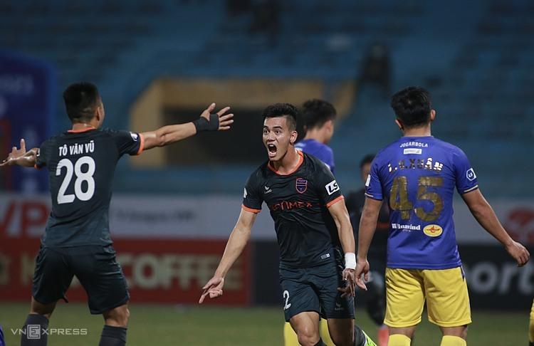 Tien Linh แสดงความยินดีกับประตูกับฮานอยช่วยให้ Binh Duong คว้าทั้งสามคะแนนในสนาม Hang Day  ภาพ: ลำท่อ.