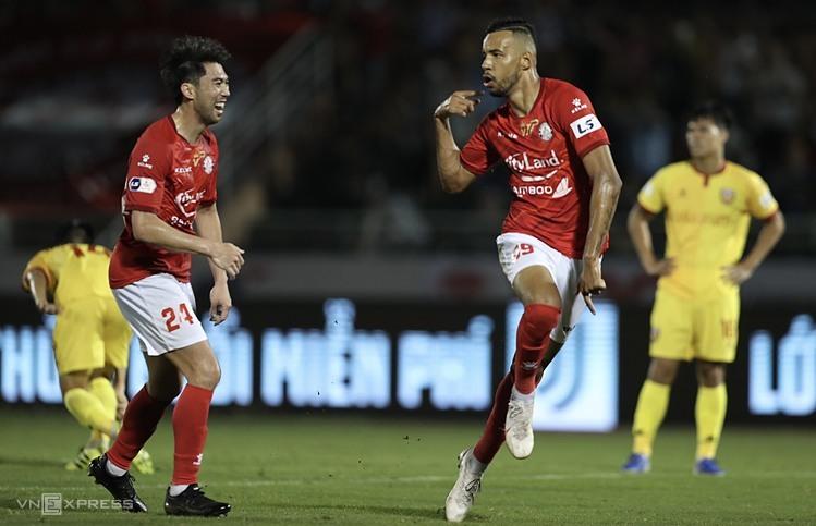 Lee Nguyen (kiri) senang dengan Da Silva, setelah rekan satu timnya mencetak gol 2-0 untuk Kota Ho Chi Minh melawan Ha Tinh.  Foto: Duc Dong.