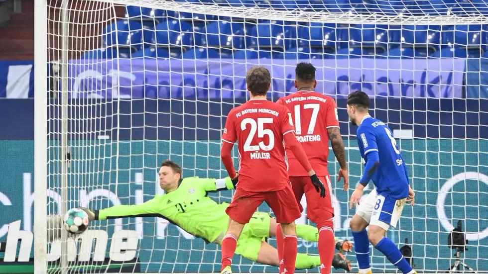 Neuer trong một pha cứu thua xuất thần trước Schalke hôm 24/1. Ảnh: AFP