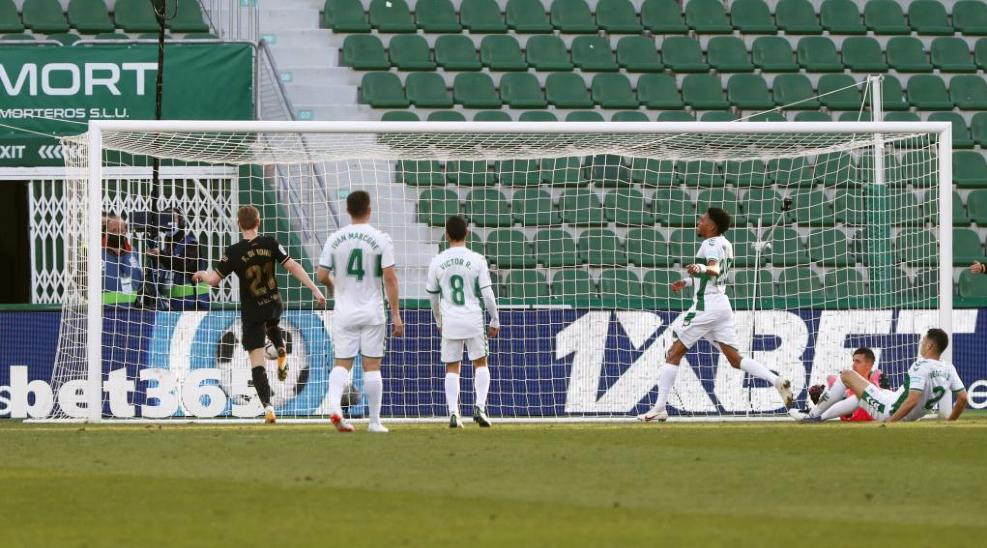 De Jong dengan mudah menembak ke gawang kosong.  Foto: Marca.