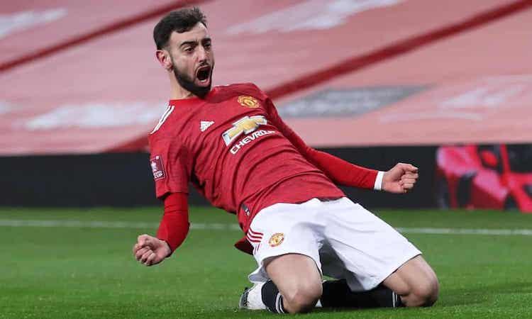 Fernandes sung sướng sau khi sút tung lưới Liverpool. Ảnh: Reuters.