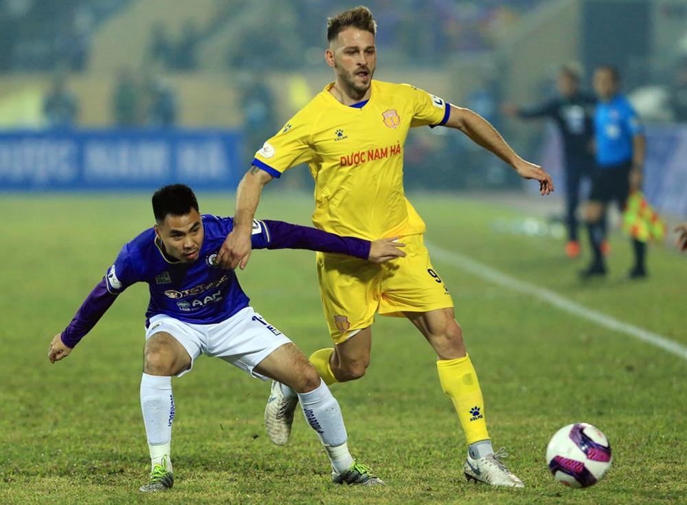 Gramoz menang saat berselisih dengan Duc Huy dalam pertandingan Nam Dinh mengalahkan Hanoi 3-0 di Thien Truong pada 15 Januari.