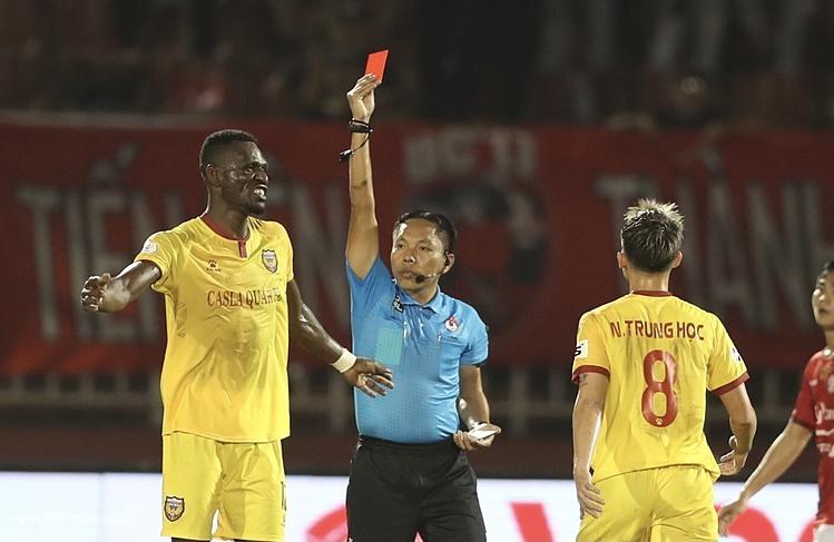 Wasit Ngoc Chau mendiskualifikasi gelandang Kelly (kiri) dalam pertandingan antara Ha Tinh dan Kota Ho Chi Minh pada putaran kedua V-League 2021 di Stadion Thong Nhat.  Foto: Duc Dong.