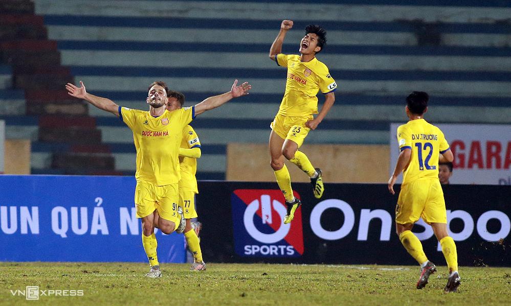 Gramoz Kurtaj (หมายเลข 91) เฉลิมฉลองเมื่อเขาทำประตูในชัยชนะ 3-0 เหนือฮานอยเมื่อวันที่ 15 มกราคม  ภาพ: ลำทอ