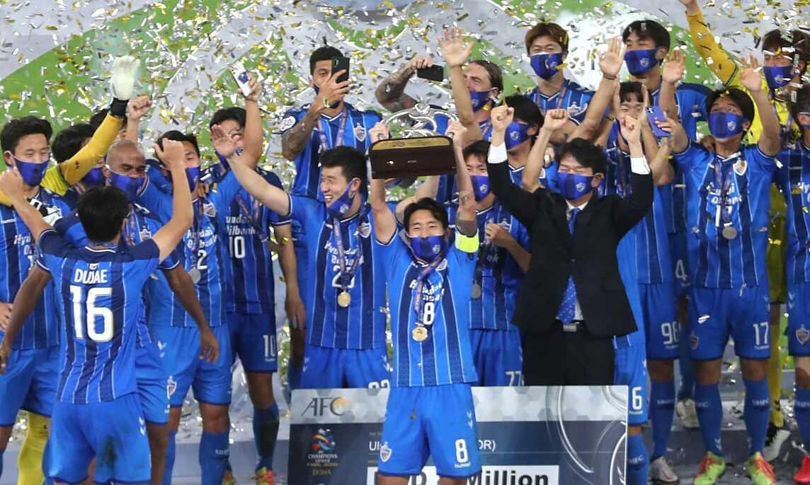 Ulsan Huyndai mengangkat trofi Liga Champions AFC usai menjuarai Persepolis di final musim 2020. Foto: AFC
