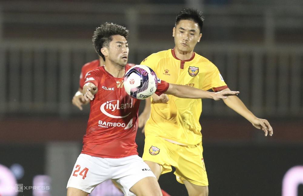 ลีเหงียน (เสื้อแดง) จะมีเวลามากขึ้นในการทำความคุ้นเคยกับรูปแบบของ HCMC เมื่อการแข่งขันในรอบที่สามถูกเลื่อนออกไป  ภาพ: Duc Dong