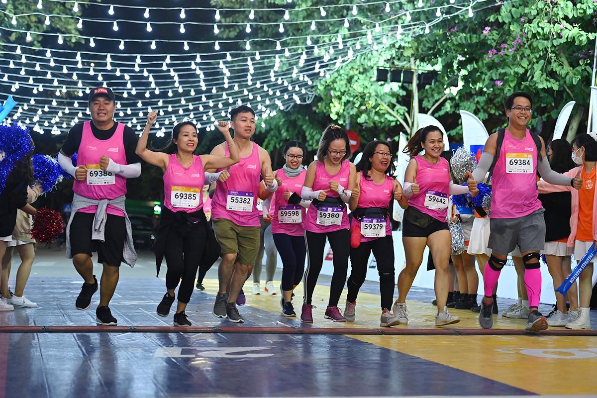 Sekelompok atlet bersama-sama menyelesaikannya.  Foto: VnExpress Marathon.