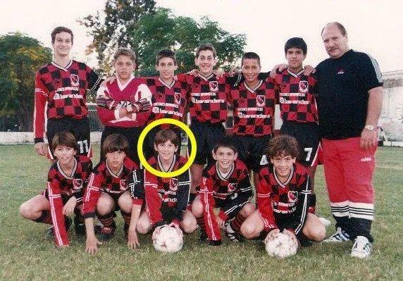 Messi (dilingkari) pada usia 12 tahun, Newells Old Boys muda.  Foto: Matahari