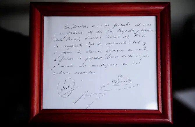 Draf naskah Rexach yang ditandatangani dengan perwakilan Messi pada tahun 2000 disimpan oleh Rexach.  Foto: AP