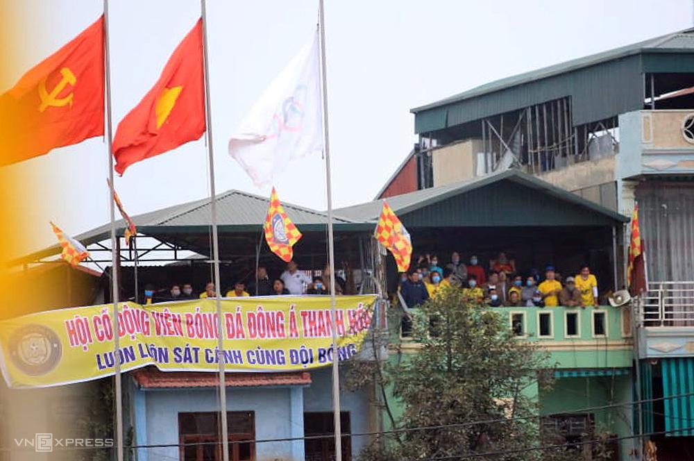 แฟนบอล Thanh Hoa นั่งบนอาคารสูงด้านนอกสนามเชียร์ทีมเจ้าบ้าน