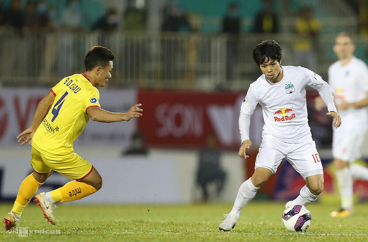 Cong Phuong และเพื่อนร่วมทีมไม่สามารถแข่งขันในบ้านเป็นนัดที่สองติดต่อกันได้  ภาพ: Duc Dong