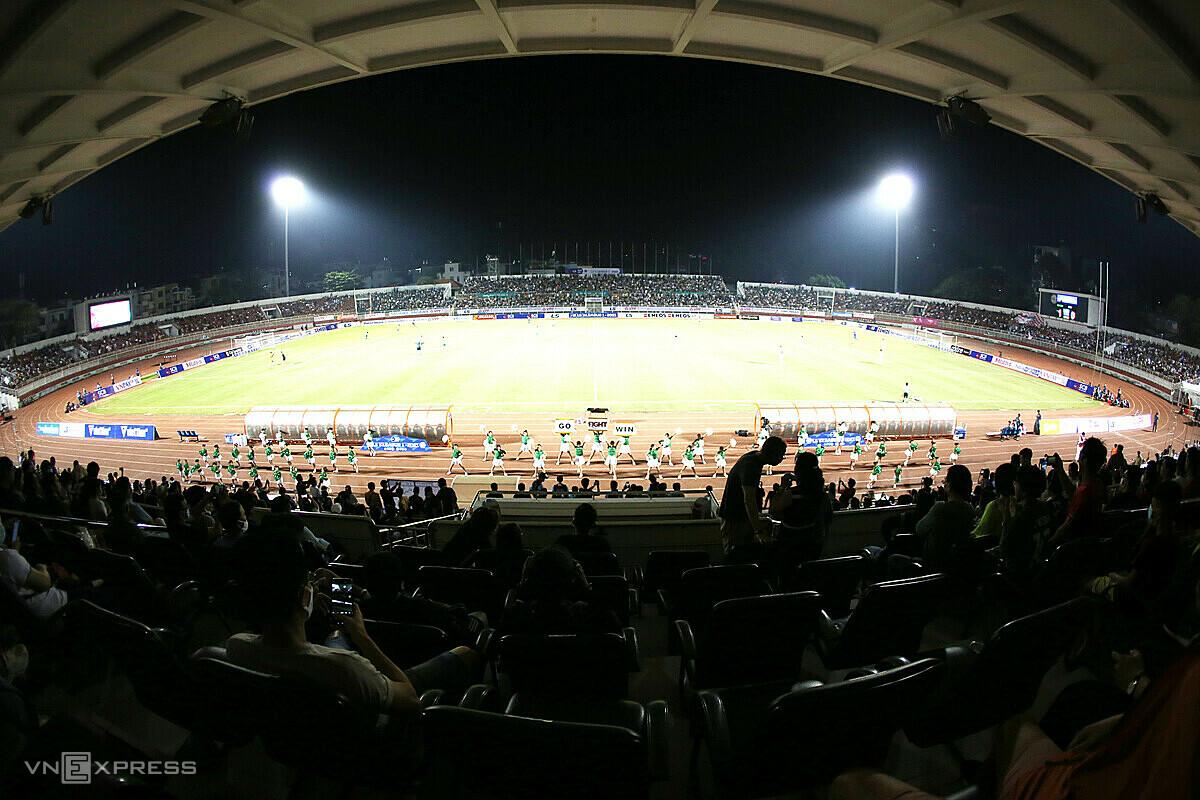 Stadion Thong Nhat penuh dengan penonton pada hari Saigon FC membuka pertandingan, tapi malam ini, tidak akan ada orang yang berada di tribun karena larangan tersebut.  Foto: Duc Dong.