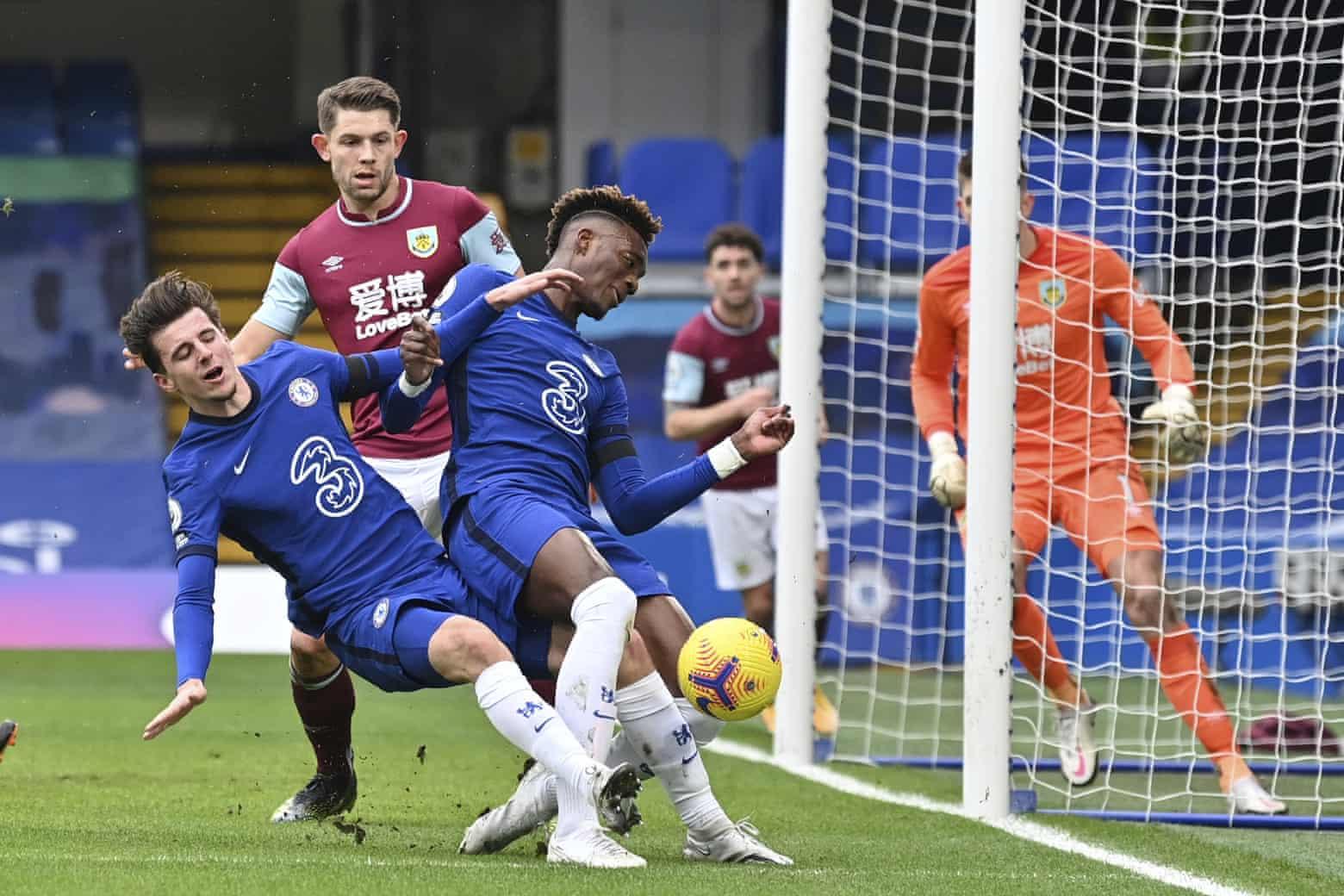 Mount dan Abraham - dua bintang yang ditempatkan Lampard di tim utama dan kemudian bersinar musim lalu - belum mendapatkan kembali kepercayaan diri dan efisiensi.  Foto: AP