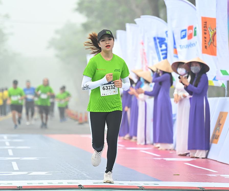 Runner Du Nu Hue Trang participates in VnExpress Hue Marathon 2020 with the aim of promoting her hometown image.  Photo: VnExpress Marathon.