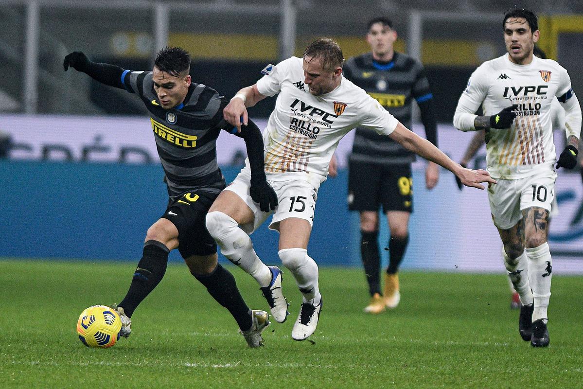 Lautaro ทำให้การป้องกันของ Benevento พังทลายลงด้วยความเร็วและเทคนิค  ภาพ: Lapresse