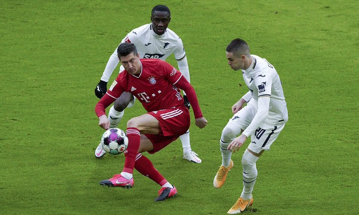 Lewandowski (áo đỏ) bỏ xa Cristiano Ronaldo chín bàn trong cuộc đua giành Giày Vàng châu Âu. Ảnh: dpa