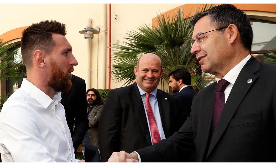 Messi, Oscar Grau, Josep Bartomeu (จากซ้าย) ในพิธีรองเท้าทองคำปี 2019 รูปภาพ: Marca