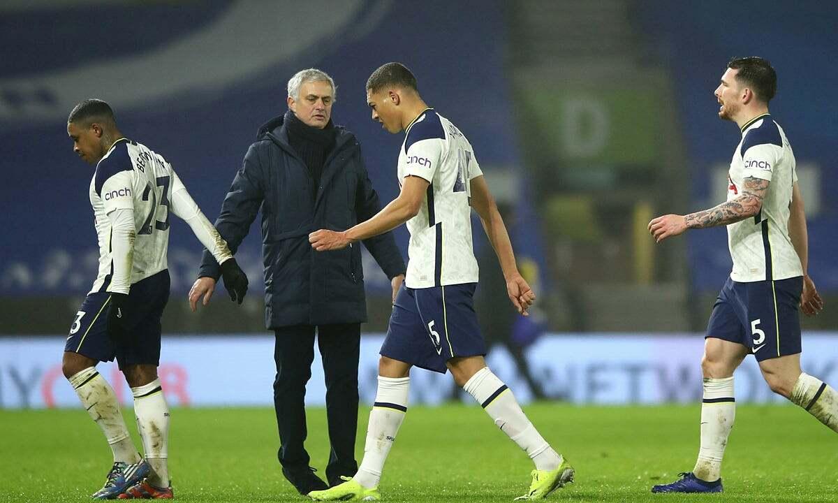 Mourinho memberi semangat kepada murid-muridnya setelah kekalahan kedua dalam tiga hari berturut-turut.  Foto: Langit.