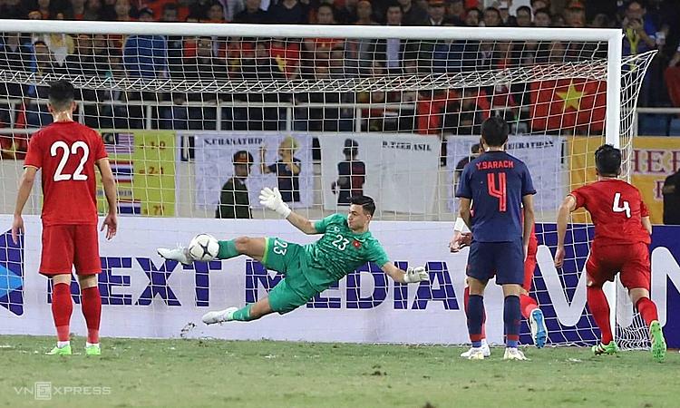 Dang Van Lam memblokir penalti dalam hasil imbang 0-0 di Thailand pada pertandingan kualifikasi Piala Dunia 2022 di Stadion My Dinh pada malam 19 November 2019.  Foto: Giang Huy.