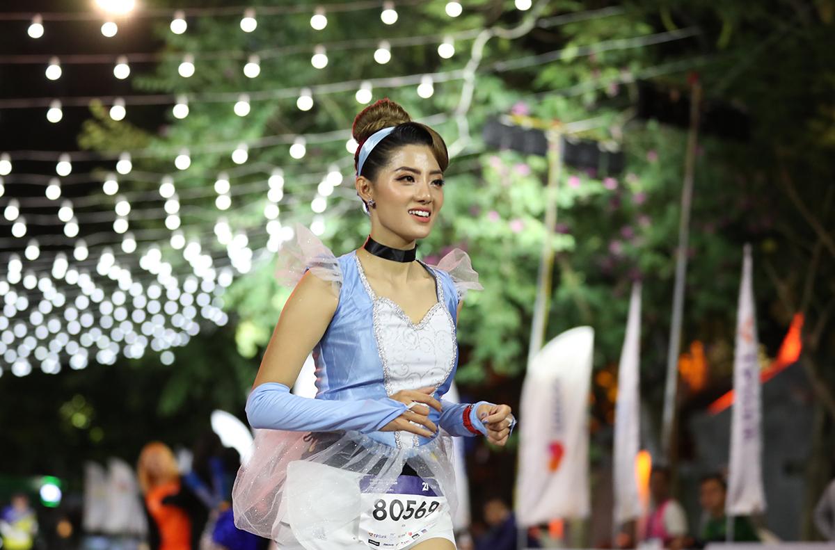 Pelari Nguyen Thi Thu Hien menjalankan hadiah malam di Hanoi pada 27 November.  Foto: VnExpress Marathon.