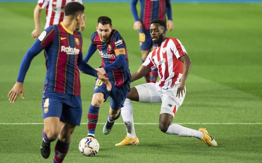 Messi thoát khỏi Inaki Wiliams trong một pha tranh chấp ở trận Barca thắng Bilbao 2-1 tại Camp Nou hôm 31/1. Ảnh: Mundo Deportivo